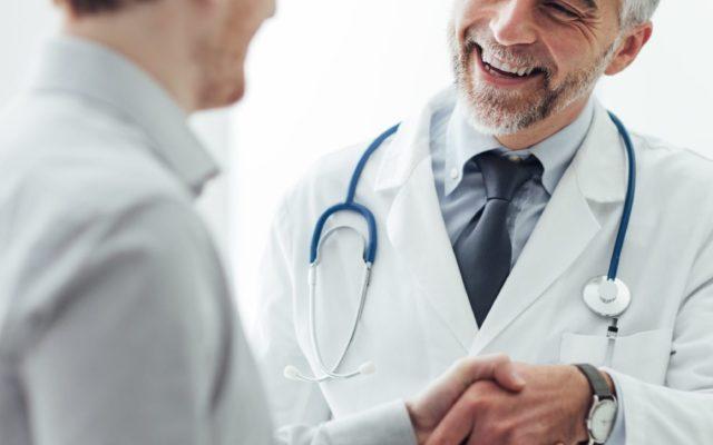 Zwei Ärzte schütteln sich die Hand